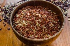 Brown ryż w drewnianym pucharze obrazy royalty free
