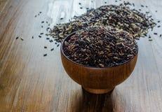 Brown ryż w drewnianym pucharze zdjęcie stock