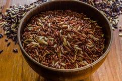 Brown ryż w drewnianym pucharze fotografia royalty free