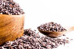 Brown ryż w drewnianym pucharze z drewnianą łyżką Zdjęcia Royalty Free