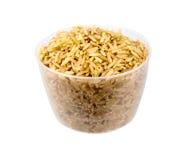 Brown ryż w filiżance odizolowywającej na bielu Zdjęcia Stock