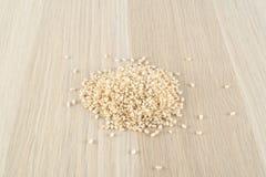 Brown ryż na drewnianym stole Fotografia Royalty Free