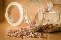 Brown ryż na drewnianym stole Obraz Stock