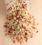 Brown ryż na drewnianym tle Fotografia Royalty Free