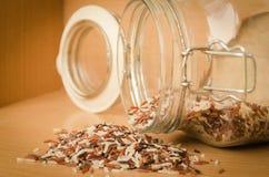 Brown ryż na drewnianym tle fotografia stock