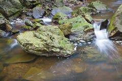 Brown rzeka Między Zielonymi skałami Zdjęcia Royalty Free