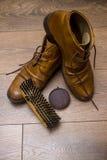 Brown rzemienni buty na drewnianej podłoga Zdjęcie Royalty Free