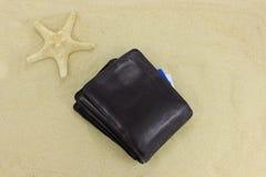 Brown rzemienny portfel na piasku Obrazy Stock