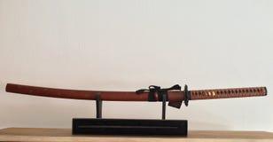 Brown-Samurais katana Klinge auf einem Stand Lizenzfreie Stockfotografie