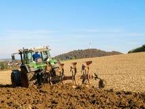 Brown San Giovanni d'Acri con il trattore verde Immagine Stock