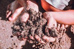 Brown-Sand auf der Hand stockfotografie