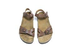 Brown, sandalias de cuero de la mujer aisladas en el fondo blanco Fotografía de archivo
