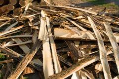 Brown-Schrott des Holzes reibend während des sonnigen Tages Lizenzfreies Stockbild