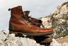 Brown-Schuhe auf dem Berg Stockbilder