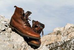 Brown-Schuhe auf dem Berg Stockbild