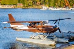 Brown-Seeflugzeug festgemacht zu einer Anlegestelle bei Sonnenuntergang Stockbild