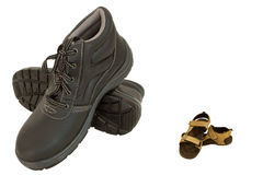 Brown-Sicherheitsschuhe und -pantoffel auf Weiß Lizenzfreie Stockbilder