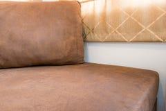 Brown Sofa Furniture - interior moderno da sala de visitas fotos de stock royalty free