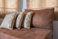 Brown Sofa Furniture mit vielen Kissen Stockbild
