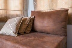 Brown Sofa Furniture mit vielen Kissen Lizenzfreies Stockbild