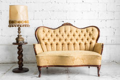 Brown-Sofa mit Lampe Lizenzfreie Stockfotografie