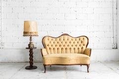 Brown-Sofa mit Lampe Lizenzfreies Stockbild