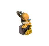Brown-Statuette eines Affen mit dem Geld lokalisiert auf einem weißen Hintergrund Stockfotos