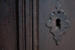 Brown streifte Holztür und Schlüsselloch Stockfotografie