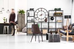 Brown-Stuhl in Kerl ` s Raum lizenzfreie stockbilder