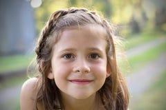 brown synad flicka Arkivbilder