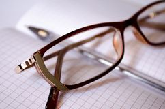 Brown szkła Szkła dla widoku Punktu notatnik Pióro officemates Pracownik notatki notepad dla notatek fotografia royalty free