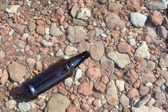 Brown Szklana butelka Unosi się w wodzie Zdjęcie Royalty Free