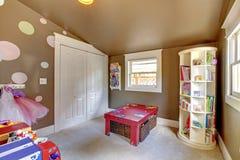 Brown sztuki pokój żartuje dziewczyny wnętrze z zabawkami. Obraz Stock