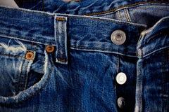 Brown szwu srebro i drelich zapinamy cajgi na starych niebieskich dżinsów tekstury drelichowym zakończeniu up i obrazy royalty free