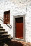 Brown-Tür in einem Steintürrahmen Lizenzfreies Stockfoto
