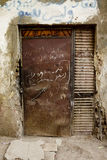 Brown-Tür mit arabischem Schreiben, Luxor-Stadt, Ägypten. Stockbilder