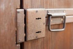 Brown-Tür mit zwei Schlüssellöchern und einem Griff Holztür zur Scheune stockfotos