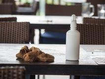 Brown-Tabellenabwischen und der Wildwasserzylinder, der auf dem Tisch nach dem Kunden gesetzt wurde, beendeten zu essen Konzept d Stockfotos