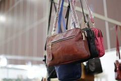 Brown-Tasche, die im Shop hängt Lizenzfreie Stockfotografie