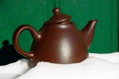 Brown teapot w śniegu Zdjęcie Royalty Free