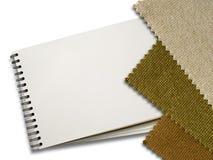 Brown tkaniny próbka i Pusta Biała strona Nutowa książka fotografia stock