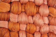 Brown a tordu des écheveaux de soie comme texture de fond Images stock