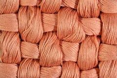 Brown a tordu des écheveaux de soie comme texture de fond Photo libre de droits