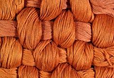 Brown a tordu des écheveaux de soie comme texture de fond Photo stock