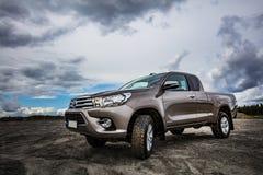 Brown Toyota Hilux fonctionnant sur le grand gisement de sable en août 2017 dans Pirkkala, Finlande image libre de droits