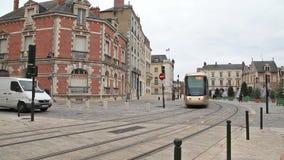 Brown tramwaj w centrum Orleans, Francja zdjęcie wideo