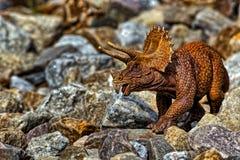 Brown Triceratops dinosaura odprowadzenie wśród skał zdjęcie royalty free