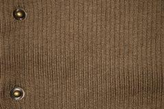 Brown a tricoté la texture avec des boutons photographie stock