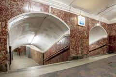 Brown-Tunnel in der Metrostation in Moskau Stockbilder