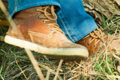 Brown-Turnschuhe in der Natur Lizenzfreie Stockfotos